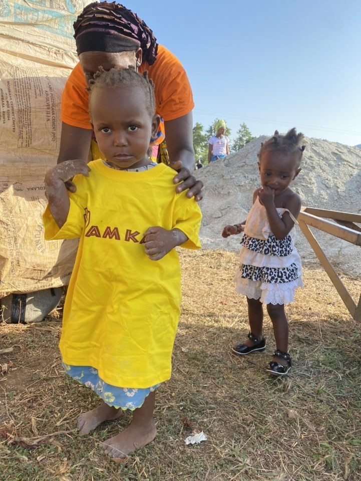 Little kid with yellow AM Kares shirt on